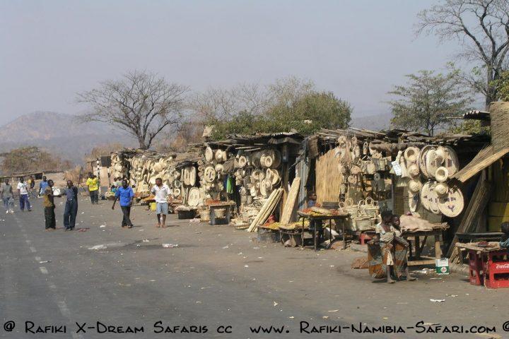 Der Korbmarkt an der Luangwa Brücke - Sambia