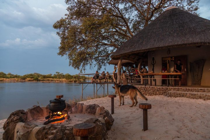 Bar der Mobola Lodge auf der Insel im Kavango