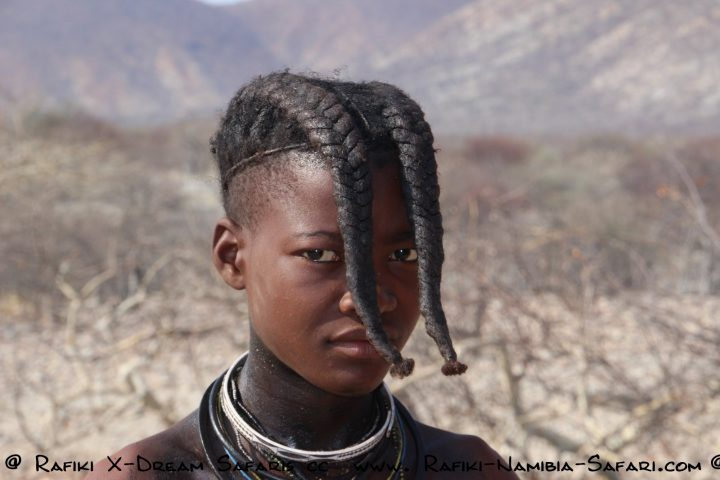 junger Himba in traditioneller Tracht