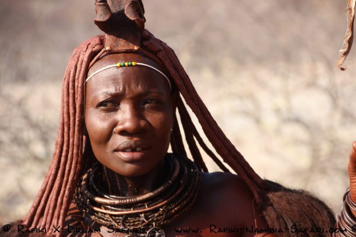 Himbafrau mit traditionellem Schmnuck