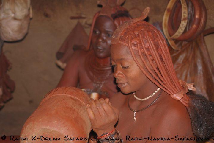 Himbafrauen in der Hütte