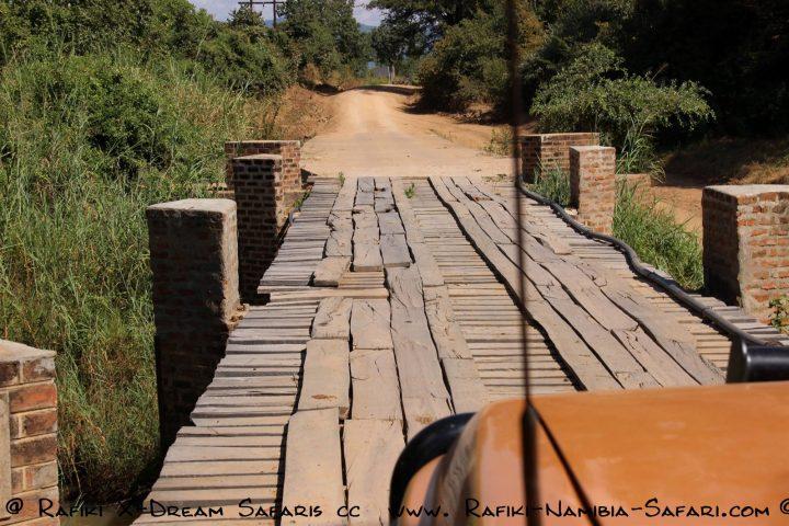 Holzbrücke in den Park
