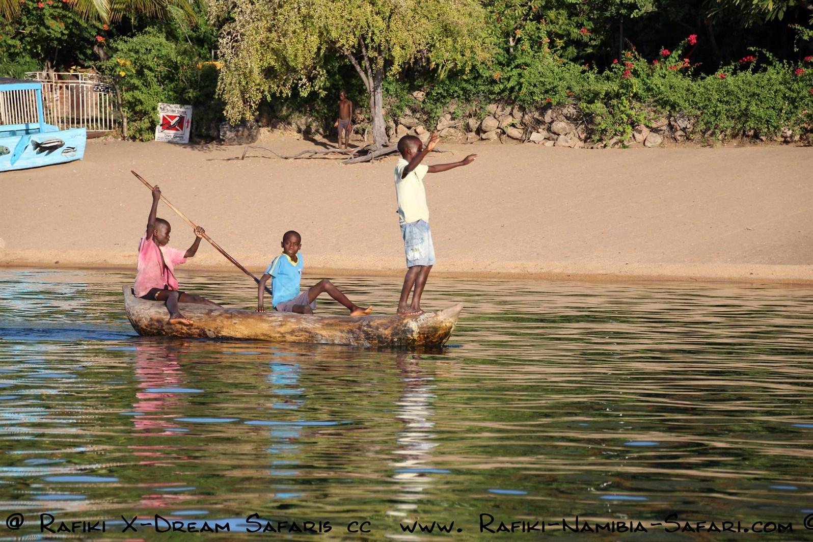 Kinder im Einbaum auf dem Malawisee