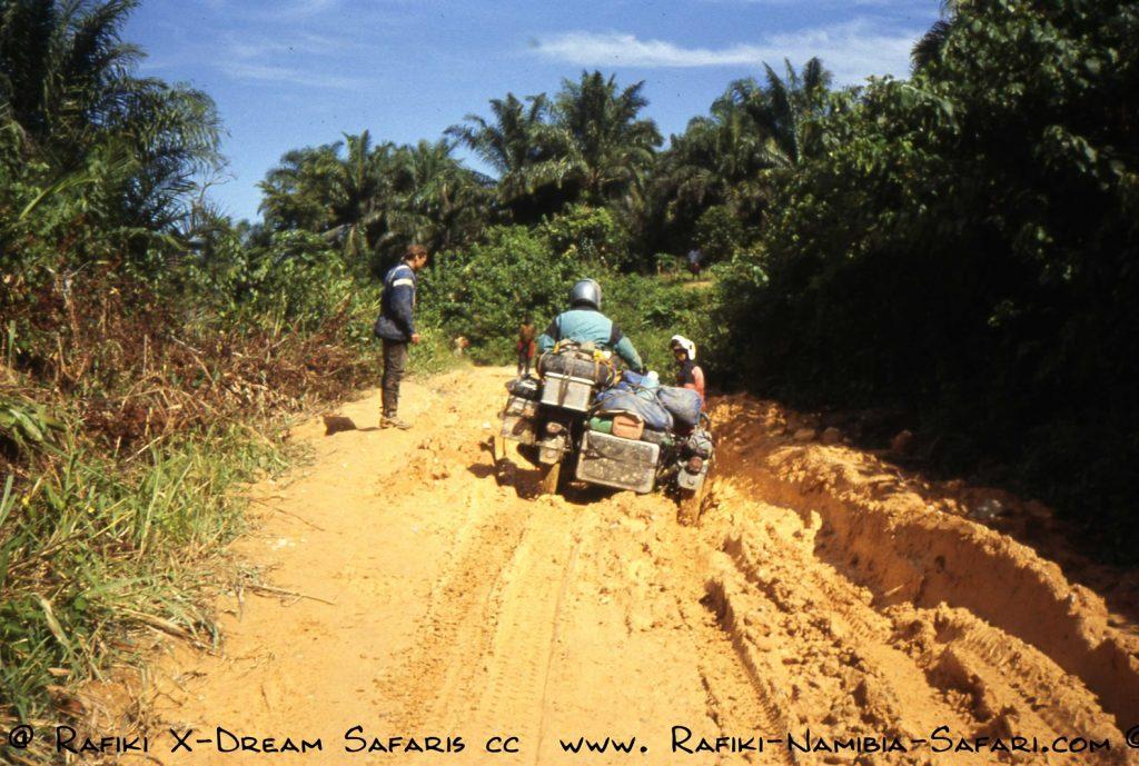 Schlammdurchfahrt mit BMW - Endurogespann im Kongo