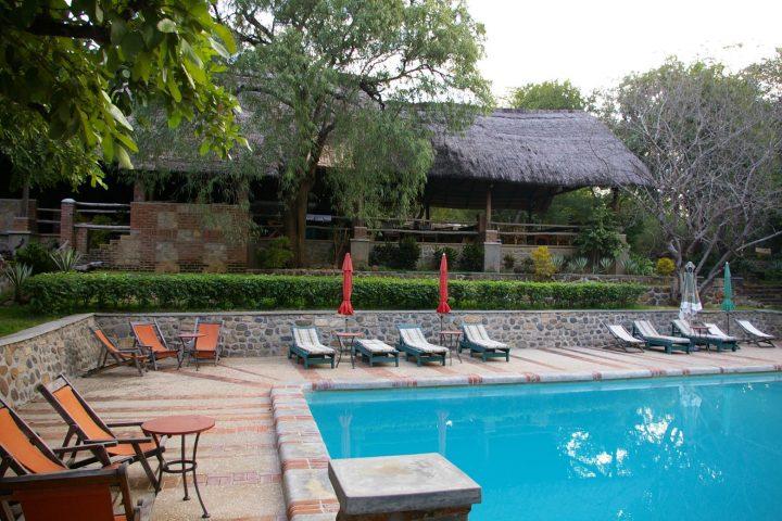 Blick auf den Pool der Lodge am Majete Nationalpark